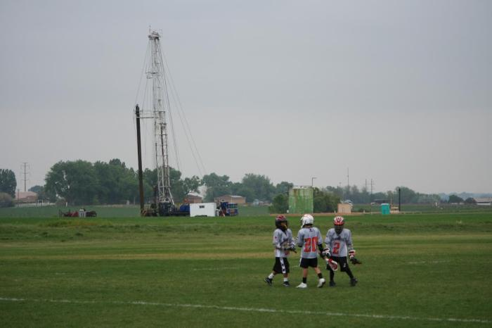 Drilling rig and production pad near Erie school via WaterDefense.org