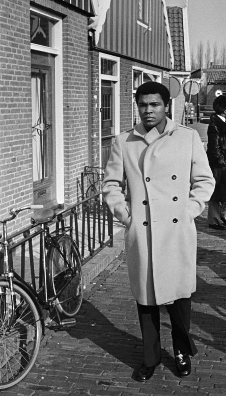 Muhammad_Ali_passes_bicycle_in_Volendam